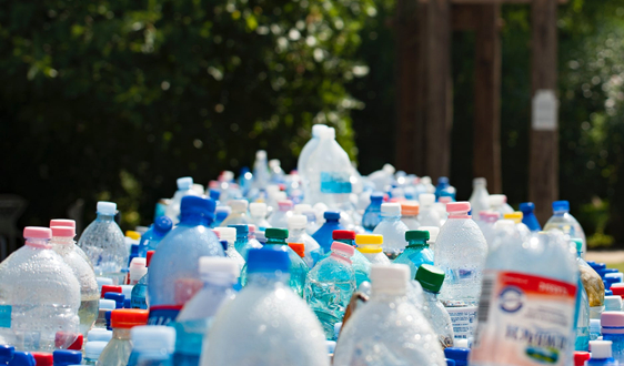"""垃圾分类:再生改性材料让废弃塑料瓶""""起死回生"""""""